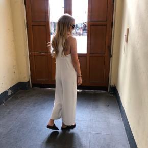 Zara jumpsuit / buksedragt  Lækkert materiale  Str XS (en str. S kan også passe den) Kun prøvet på Købt til 650 kr.