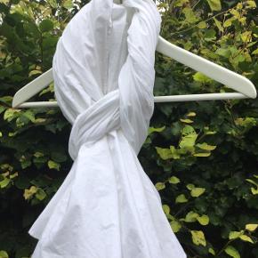 Spritnyt ubrugt Ivan Grundahl tørklæde i 100% bomuld ( det blødeste og lækreste ) Tørklædet har flæsedetaljer , henholdsvis lang/kort ,se billeder. Ingen pletter, fejl el mangler Nypris 950, sælges for kr 500