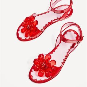☀️ sødeste røde sandaler med perler ☀️  Varetype: Sandaler Farve: Rød Oprindelig købspris: 399 kr.  Søde rem sandaler. Brugt en gang.   Sendes med DAO ved salg.