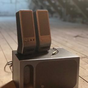 3 højtalere giver en god lyd. Ældre model