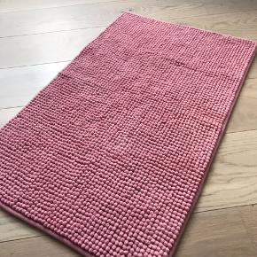 Helt ny IKEA badeværelsesmåtte i lyserød. 50x80 cm. Aldrig brugt, bare købt i forkert størrelse