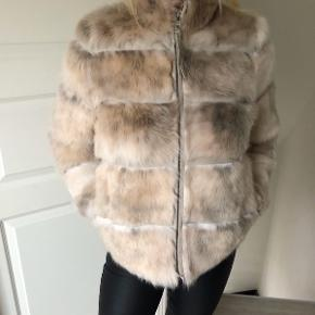 Super lækker pels fra Benedikte Utzon sælges. Str. S/M.  Brugt 1 gang, derfor ingen slidtage eller andre fejl og mangler, fremstår fuldstændig som ny. Købt sidste sommer - Nypris var 6500 kr.   Kom gerne med bud.