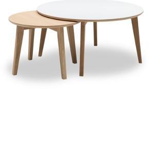 2 stk Iris sofaborde, solid eg, med hvid laminat top.  Det store er 90cm og det lille 60 i diameter ❤️ De kan hentes i Kokkedal, eller jeg kan komme med dem, mod aftalt beløb. 🥰 De har ingen skader eller mærker.  Ny pris er 4200kr