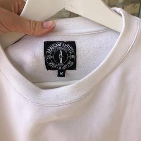 Arrogant artist sweater. En plet på bagsiden men den kan fjernes i vask