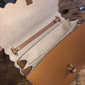 Fendi I kan taske i medium mener jeg. Den er købt i Berlin i 2028 til 1690 euro. Brugt måske 3 gange og fremstår i helt ny stand. Sælges til 7500🙂 Kvittering medfølger