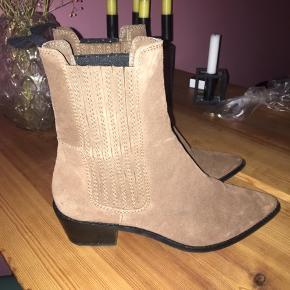 Brune ruskinds støvler med en lille hæl på ca. 2,5 cm.