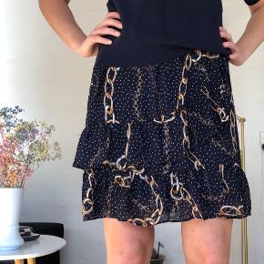 Ved ikke om det er til at se på billederne, men der er flæser runde om nederdelen.   #30dayssellout
