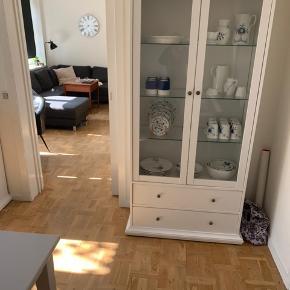 1,5 år gammelt vitrineskab, sælges billigt da vi skal flytte og ikke kan have det med.