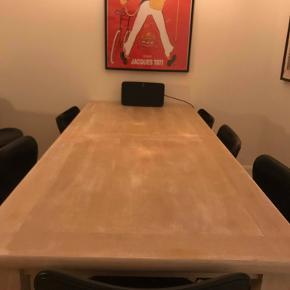 Spisebord, Træ, Custom, b: 90 l: 220 x 75  Stort, lækkert spisebord til salg! Vi står inde med et dejligt spisebord, perfekt til at pryde spisestuen og/eller huserer et middagsselskab. Der kan sidde ca. 10 komfortabelt.  Det er i sin tid købt 'custom-made' og er da af rigtig god kvalitet. Vi har desværre måtte erkende at der ikke er plads til det i vores lejlighed, men vi håber at det kan gøre nogle andre glade.  Målene: 220 x 90 x 75 Prisen er sat til 1999,- , men byd endelig! Skriv hvis der skulle ønskes billeder. Befinder sig på Vesterbro