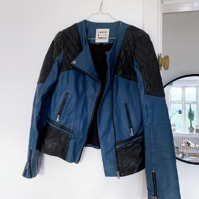 Sejeste Karen By Simonsen læderjakke i 100% lammeskindslæder i sort og blå med rå og unikke detaljer.  Kun brugt en enkelt gang, ingen mangler eller tegn på slid!
