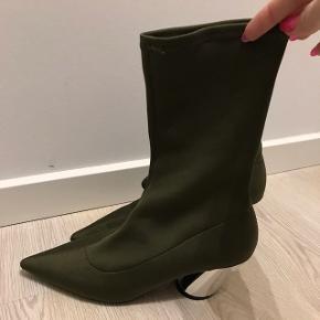 """Helt nye army grønne sock pumps boots, med """"spejl"""" hæl. De er 5 cm høje og derfor nemme og gå i.  Ny pris 350."""