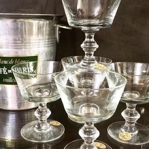 Vintage Champagneskåle i krystalglas.  Størrelse: H 11cm 5 lækre, enkle champagneskåle i gedigen flot krystal. H11cm. Samlet bare 200,-.  Se også mine mange andre sager. Jeg giver gerne mængderabat.  #trendsalesfund