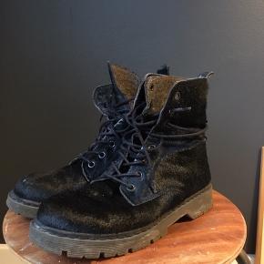 Et par fede støvler med hår. De står bare, kom med bud :)