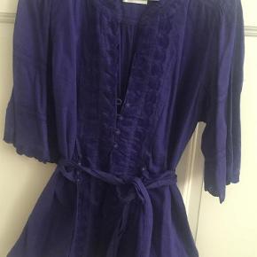 Varetype: Blålilla boheme top Farve: Blålilla Oprindelig købspris: 799 kr.  Smuk blålilla top med bindebånd.