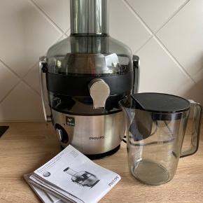 Juicer HR 1922, Rustfri stål, Phillips  Lav en lækker hjemmelavet juice nemt og hurtigt.  Phillips Juicer HR 1922. Få det bedste ud af dine frugter og grøntsager med denne kraftfulde juicer fra Phillips. Med en effekt på 1200 Watt og FiberBoost teknologi kan du tilberede lækre juices fulde af vitaminer og fibre. Vejledning medfølger