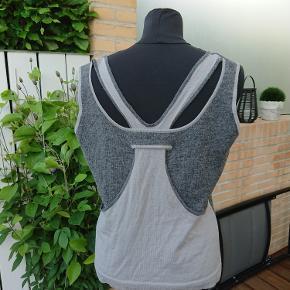 Strik top som måler 2x55cm over bryst og længden er 60cm. Uld-acryl.