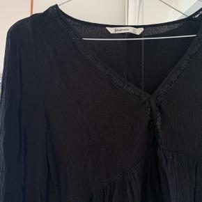 Rigtig fin bluse med en blondekant ved halsen. Brugt omkring 3 gange. 🌷