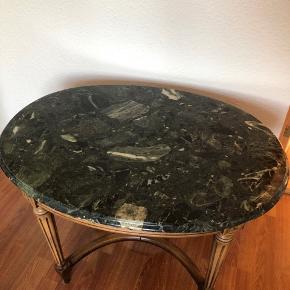 Lækkert marmorbord i godt kvalitet. Bordpladen er ikke fastmonteret på benene, så man kan nemt skifte benene.
