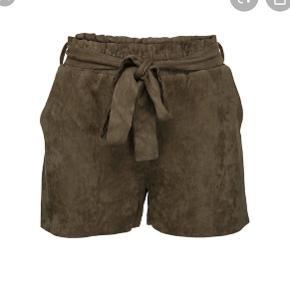Lækre bløde shorts med bindebånd i ruskinds lignende stof