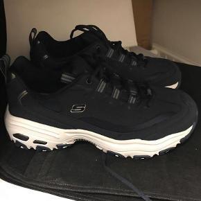 Brand: Sketchers Varetype: sneakers Størrelse: 39.5 Farve: Blå Oprindelig købspris: 600 kr. Prisen er eksklusiv fragt Virkelig fede sneakers fra Sketchers. Aldrig brugt