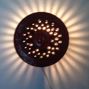 2 retro væglamper i glaseret keramik. Pæne og velholdte, uden skår eller andre fejl.  Ø 20 D 8 cm.