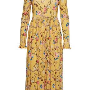 Gul Stine Goya clarabelle kjole i M sælges. Den er kun brugt én gang og står derfor fuldkommen som ny. Den passer en str. 36/38.   Ny pris er 1600 kr.  Sælges for 900 kr.