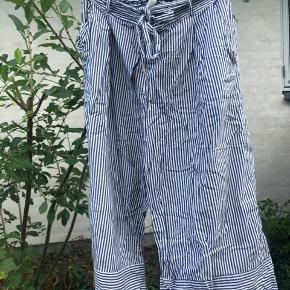 Stribede bukser fra Monki i str L Har et par brugsspor Byd gerne