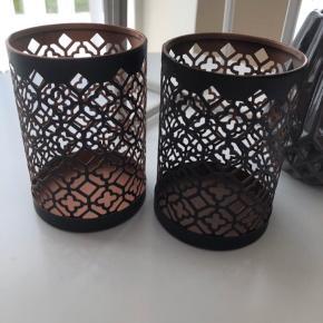 Fine lysestager i sort/kobber :) Højden er ca 11 cm og diameter ca. 7 cm