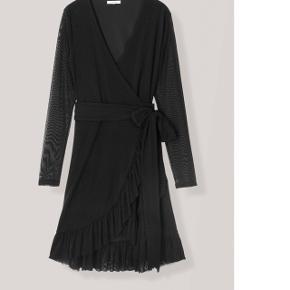 Sælger denne slå om kjole. Den er aldrig brugt.