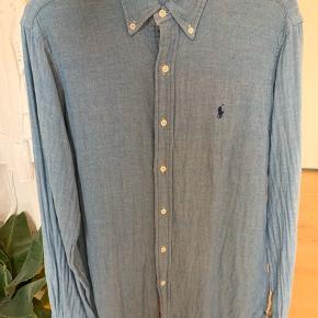 Rigtig fin Ralph Lauren skjorte - ikke brugt specielt meget.  Det er en str. small, men den passer en mand, der normalt bruger medium eller large.
