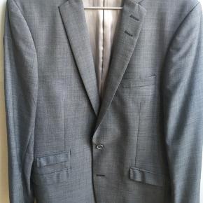 Obs: Det er kun en jakke, der er til salg.  Har bare hængt i skabet og fejler ingenting. Brugt maks fem gange og renset en enkelt gang.  Passer en normal str 48 eller medium.