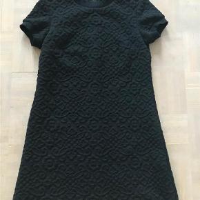 Varetype: Super fin kort kjole/lang top Farve: Sort Oprindelig købspris: 499 kr.  Super fin kort kjole. Den kan også bruges som en lang top udover bukser. Nærbillede af stoffet kan ses på sidste billede. Kan sendes eller afhentes i Århus C.
