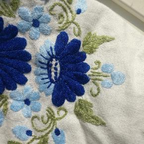Smuk smuk vintagekjole med broderede blomster og bindebånd på skuldrene. Den kan passes af størrelserne XS-M afhængig af ønsket pasform. Fin stand - har kun en lille plet på indersiden af den ene strop 🌼