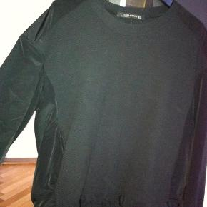 Brand: Zara Woman Varetype: Sort bluse Farve: Sort Oprindelig købspris: 449 kr.  Lækker bluse i 48% bomuld, 47% polyester, 5 elasthan Ærmerne er 100% polyester  Brugt 1 gang.  Bytter ikke!