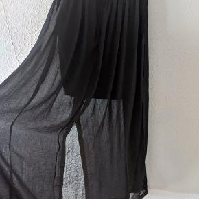 Nederdel fra H&Ms 'The New Icons' kollektion. Har en slids i den ene side.  Kan afhentes i Roskilde, tages med til Odense eller sendes.