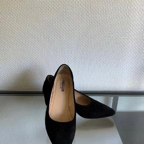 Lækre sorte ruskindspumps. Behagelige at gå i. Hælen er 5cm og meget stabil. Ny pris 1199,-. Køber betaler fragten