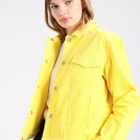 Rigtig fin jakke fra Envii i str. M Aldrig brugt, nypris 649 kr.  Kom med et bud!   Kan afhentes på Østerbro