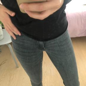 Grå jeans i str. 36 med split forenden af buksebenet.   Købt i vinterferien, og findes stadig i butikkerne