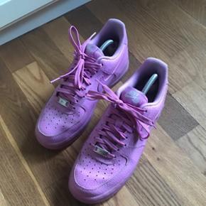 Fede Nike air force i en pastel lilla. Str 40,5. God stand.