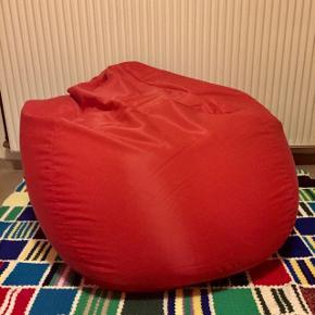 Fin rød sækkestol fra ide møblerDen har nogle få rifter i betrækket (billede 2) -INGEN HUL Næsten lige kommet nye kugler i  •ALT under 100kr= 3stk 150kr