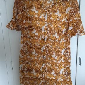 """Sælger denne fine kjole som er købt på asos, dog fra mærket """"sacred hawk"""" Den har aldrig været brugt og derfor i super fin stand.  Np: 500kr  Størrelse xs"""
