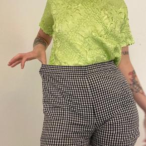 Ternet shorts med elastik i taljen og lommer i siden. Str XXS men kan også passes af XS/S. #secondchancesummer Pris uden fragt