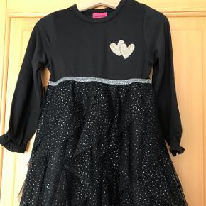 Sort kjole med sødt tylskørt og glimmer detaljer. Nypris 279,95.Mulighed for afhentning i Roskilde eller kan sendes mod betaling af porto.