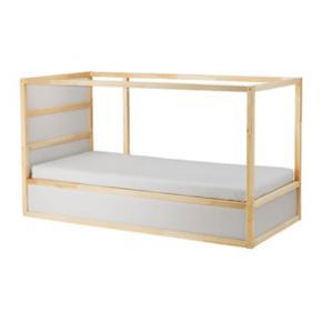 Vendbar børne seng fra IKEA sælges pga flytning. Købt sidste år. Madras medfølger ikke men det blå telt gør 🤗  90 x 200 cm