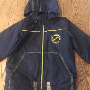 Vandtæt jakke med aftagelig hætte. Fin overgangs og sommer jakke.  Jakke Farve: Blå Oprindelig købspris: 295 kr.