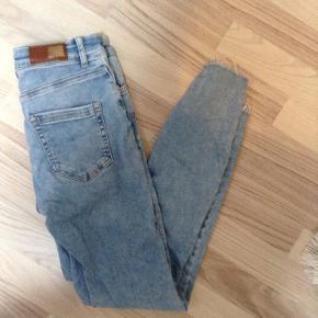 """Sælger mine """"blush"""" jeans fra Only med mega godt stræk i, de er en str. 34/M   De fitter højden 150-165"""