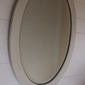 Flot kvalitet ovalt bord spejl. Mål:90x64cm Har fint kant inde i selve spejlet, træramme udenom.