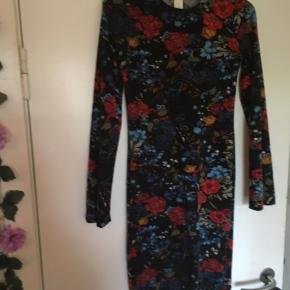 Sød kjole med mange blomster i fine farver