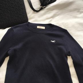 Rå lækker sweater/strik fra hollister, den er i str s. Den er købt i London for nogle måneder siden og er stort set ikke brugt:)