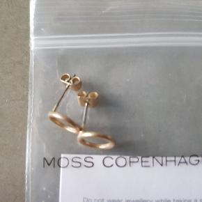 Lækre øreringe fra Moss Cph. Aldrig brugt. Kan sendes gennem TS for 37 kr, eller for 10 kr med Post Nord som brev (på købers egen risiko
